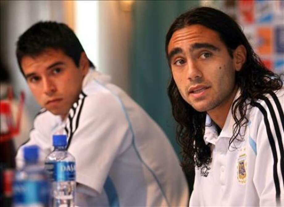 Argentine defender and captain Juan Pablo Sorin (R) answers a question while teammate forward Javier Saviola looks on during the press conference held at HerzogsPark Hotel in Herzogenaurach 07 June 2006. Argentina will face Ivory Coast 10 June 2006 in their first match for the group C of the World Cup Germany 2006.  .AFP PHOTO  / DANIEL GARCIA Photo: DANIEL GARCIA, AFP