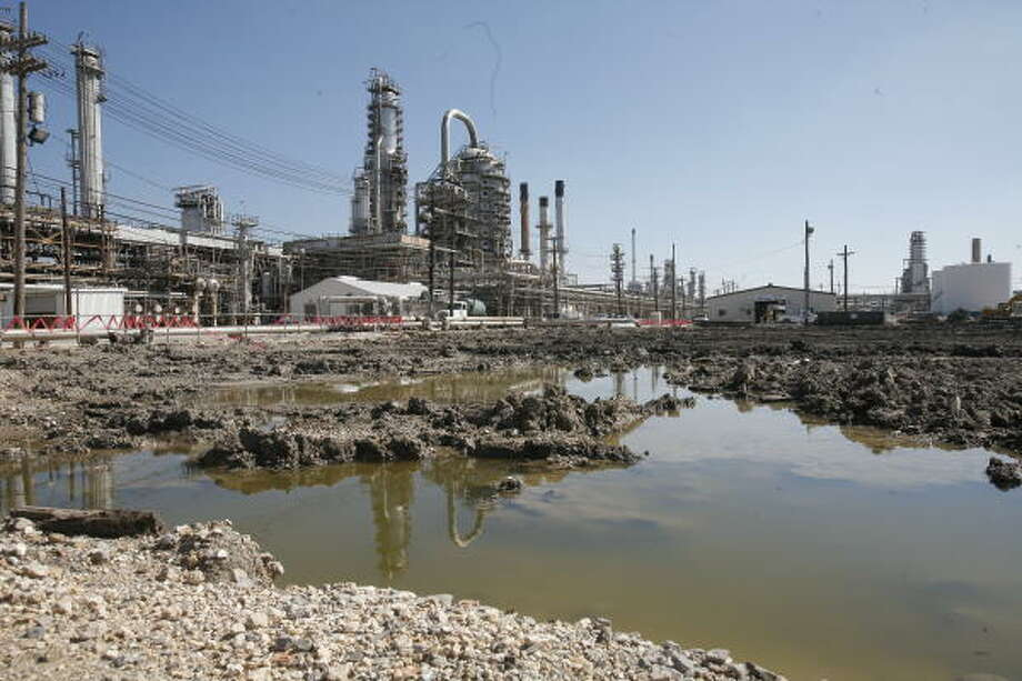 The Motiva refinery in Port Arthur is girding for an expansion that will double its capacity to 600,000 barrels per day and could make it the largest refinery in the nation by 2010. Photo: Steve Campbell, Chronicle
