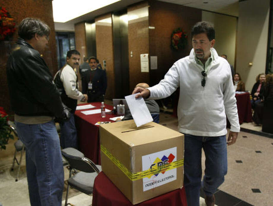 Carlos Guillen votes at the Venezuelan Consulate here in Sunday's presidential election. Some 1,350 out of 2,262 registered Venezuelan voters who live in the consulate's four-state area — Texas, New Mexico, Kansas and Oklahoma — cast ballots. Photo: Carlos Antonio Rios, Chronicle
