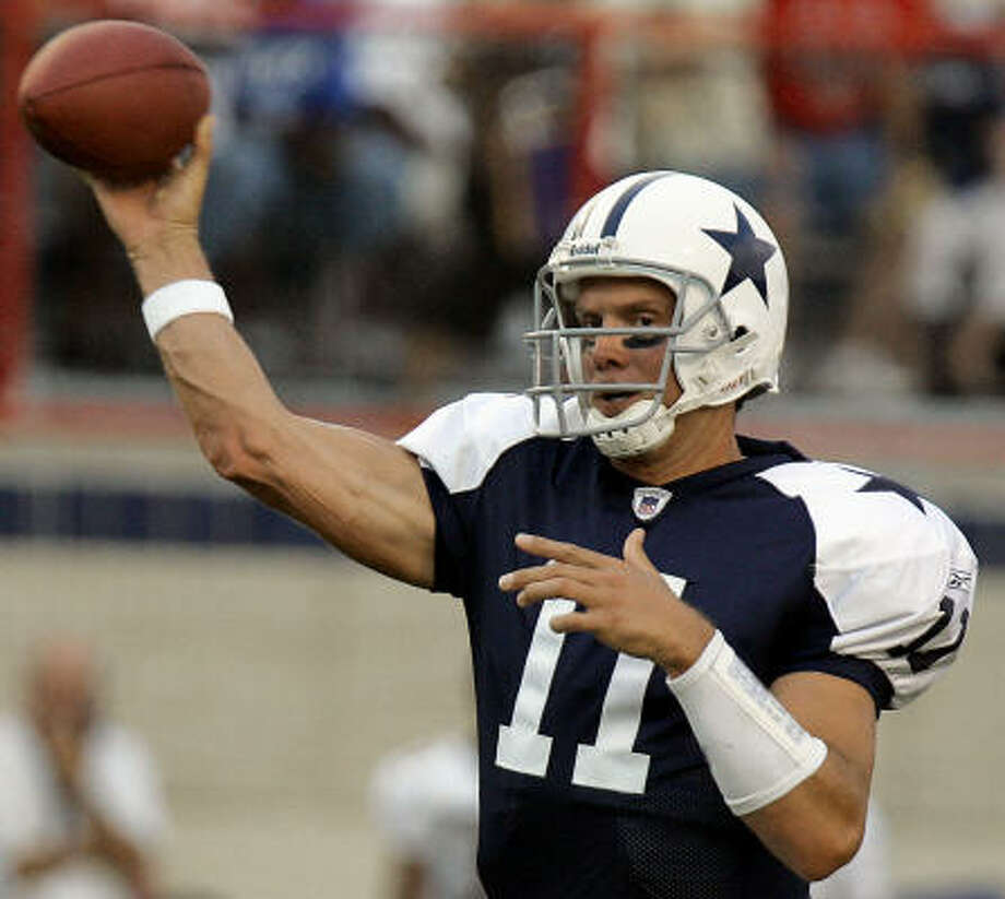 Dallas Cowboys quarterback Drew Bledsoe threw for 156 yards and two touchdowns against the New Orleans Saints in the Cowboys' 30-7 win. Photo: ROGELIO V. SOLIS, AP