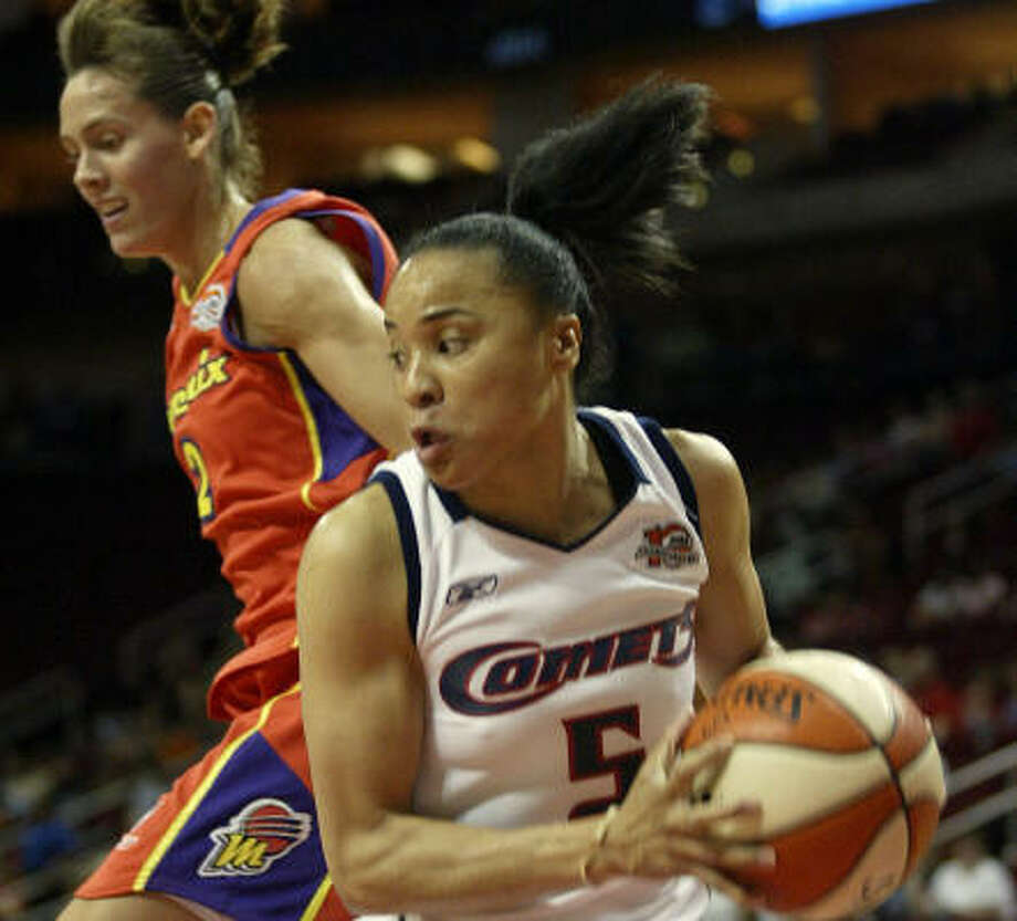 Dawn Staley beats Mercury guard Kelly Miller,  to a rebound during the first half Thursday. Photo: JESSICA KOURKOUNIS, AP