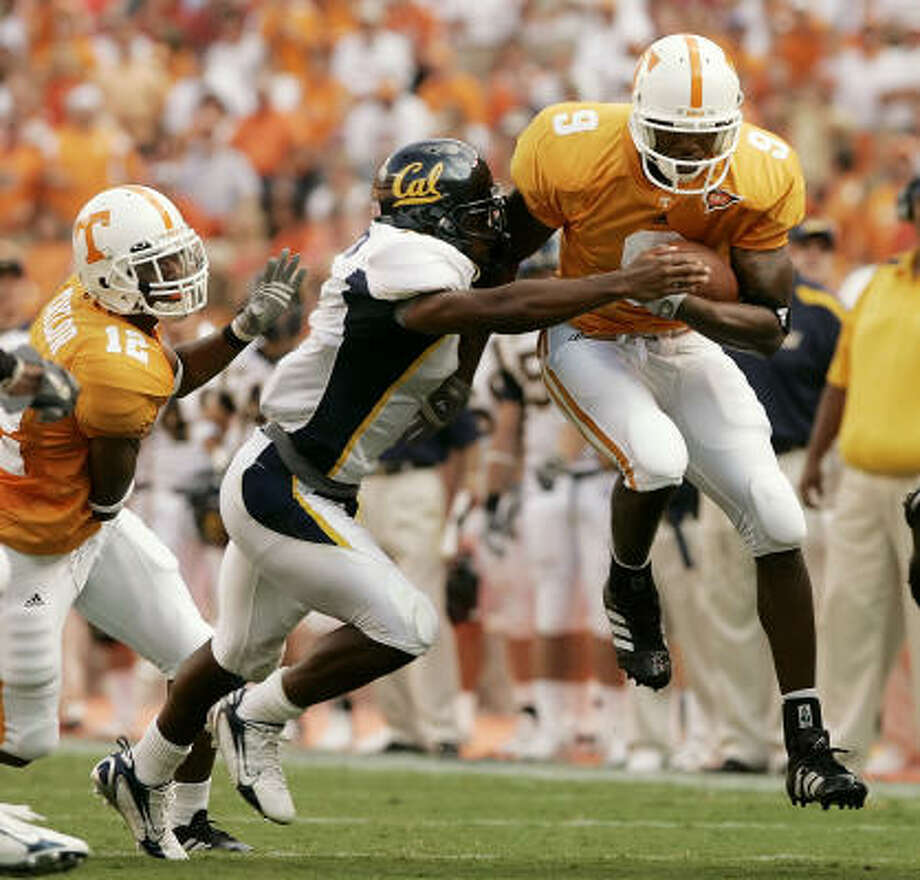 Tennessee wide receiver Bret Smith, right, is stopped by California defensive back Brandon Hampton, center, in the first quarter. Photo: MARK HUMPHREY, AP