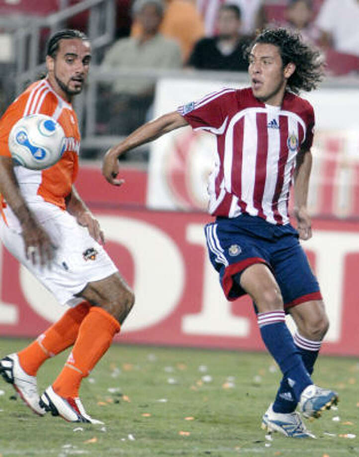 The Dynamo's Dwayne De Rosario and Chivas USA's Kelly Gray get into position. Photo: TIM JOHNSON, AP