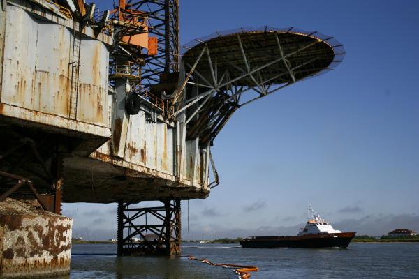 Huge Zeus drilling rig began to leak oil recently - Houston