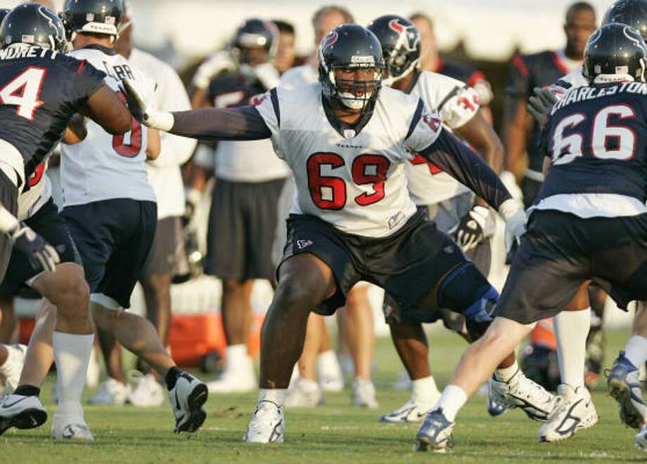 Houston Texans guard Chester Pitts drops back to pass block during Texans training camp on Wednesday. Photo: BRETT COOMER, CHRONICLE