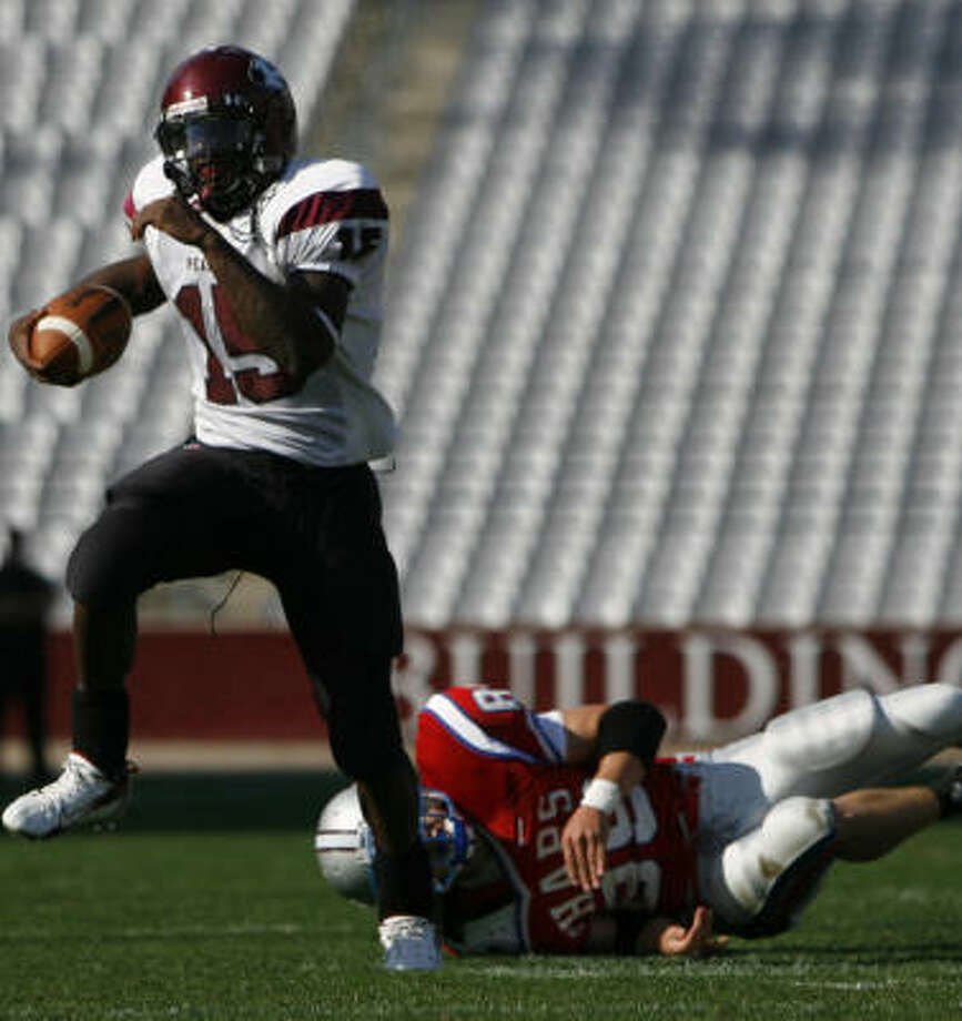 Pearland and QB Sam Proctor (15) finished one step short of the title game. Photo: Aaron M. Sprecher, For The Chronicle