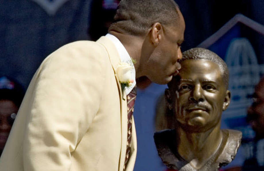 Warren Moon became the first black quarterback to be enshrined in the Hall of Fame on Saturday in Canton, Ohio. Photo: BRETT COOMER, CHRONICLE