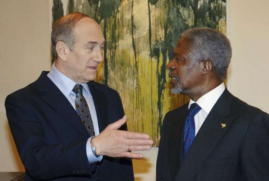 Israeli Prime Minister Ehud Olmert meets with UN Secretary General Kofi Annan, in the PM's official residence. Photo: GPO, Getty Images