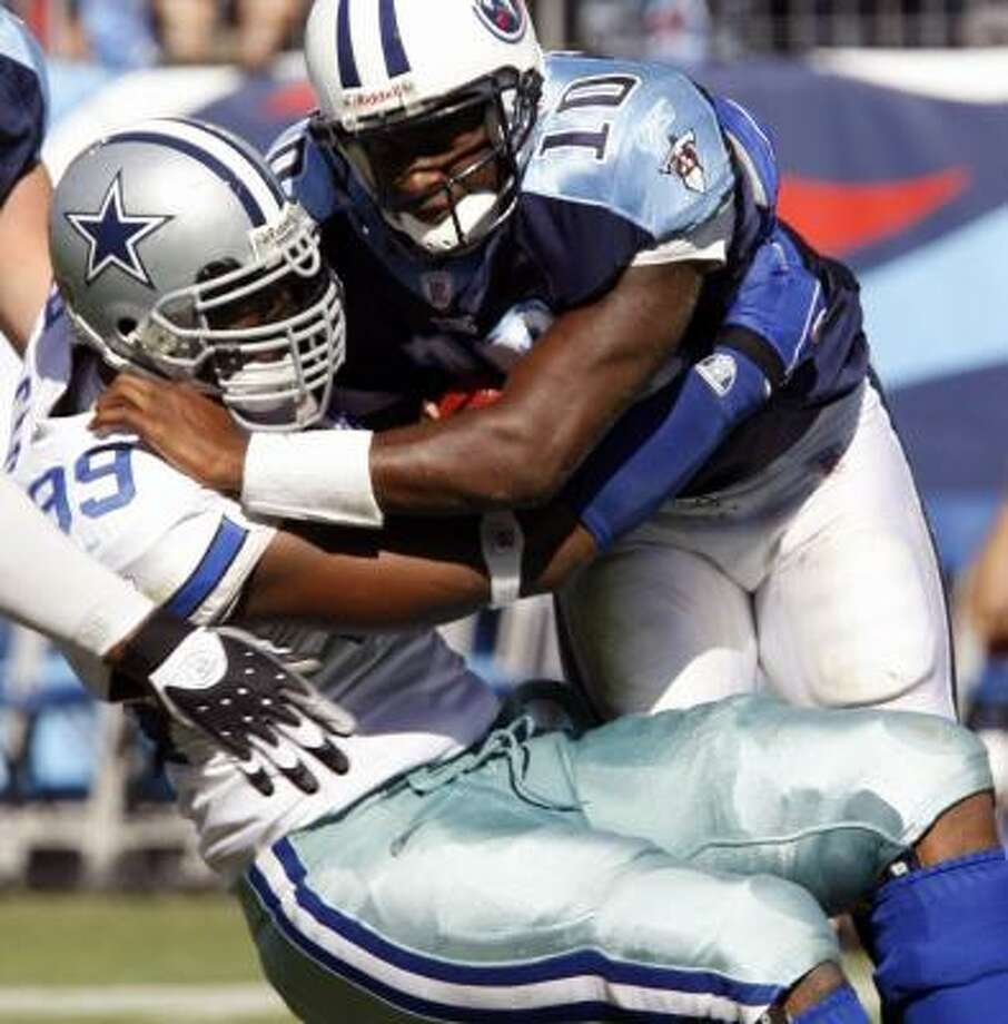Vince Young (left) finished 14-of-29 for 155 yards on his first start for the Titans. Cowboys won 45-15. Photo: M. J. MASOTTI, JR., REUTERS