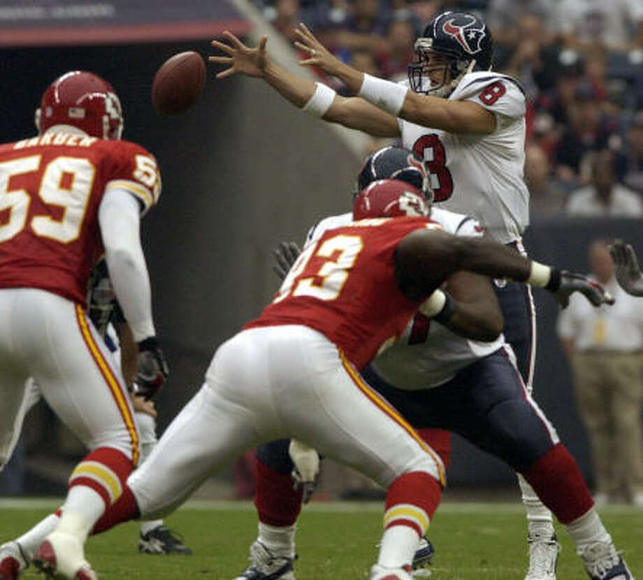 Texans quarterback David Carr will be in the shotgun more for the rest of the season. Photo: Chronicle File