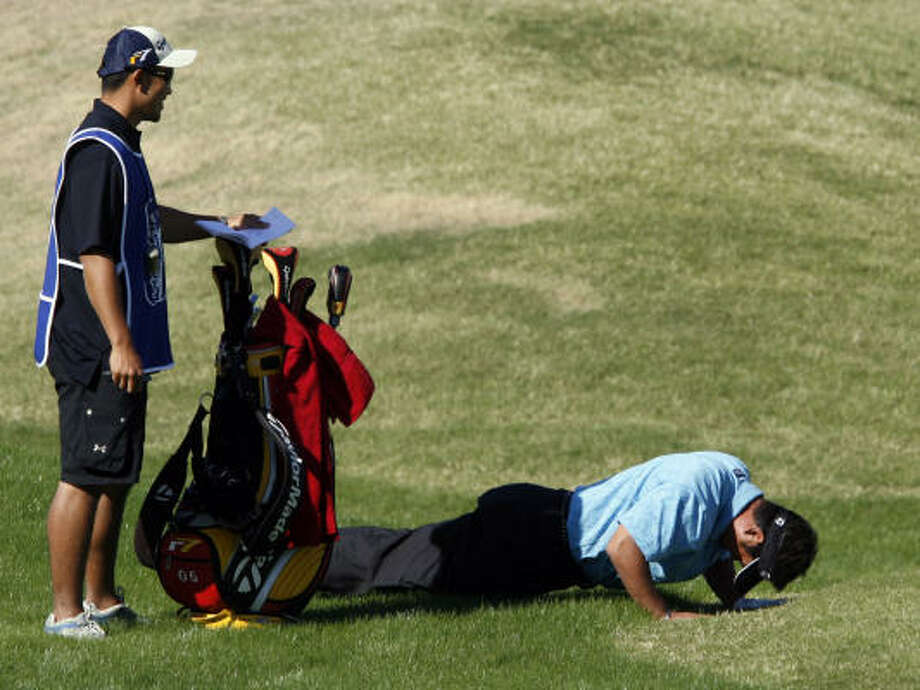 Mamoru Osanai drops for a push-up after a shot at a PGA qualifying tournament in La Quinta, Calif. He dropped out of the event on Wednesday. Photo: FRANCIS SPECKER, AP