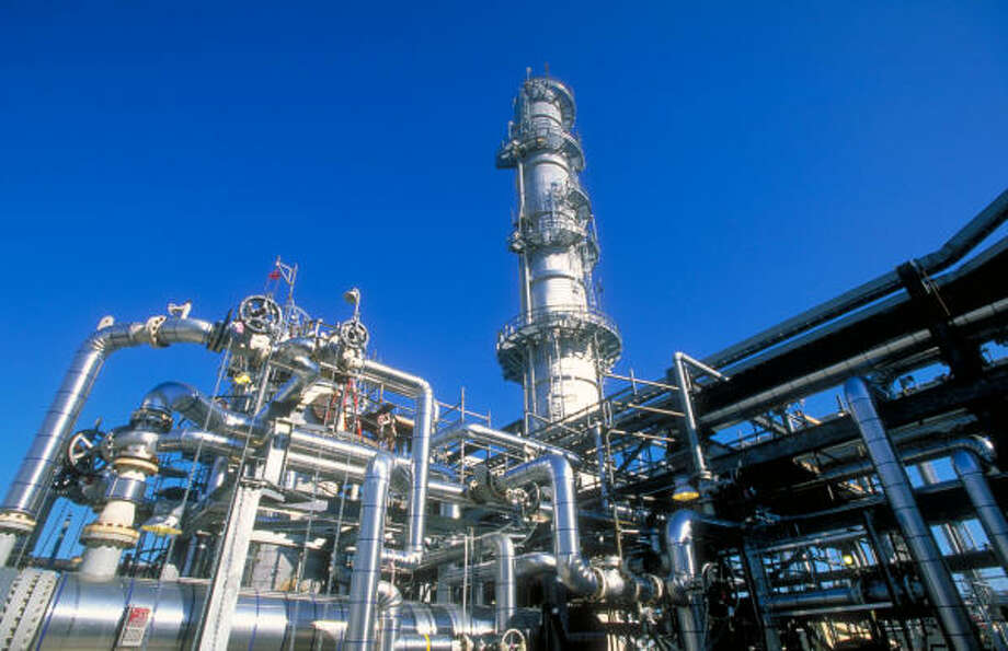 ConocoPhillips' Wood River refinery in Roxana, Ill., will be expanded along with a unit in Borger, Texas, to a combined capacity of 550,000 barrels a day in 2015 from 60,000 barrels now. Photo: ConocoPhillips