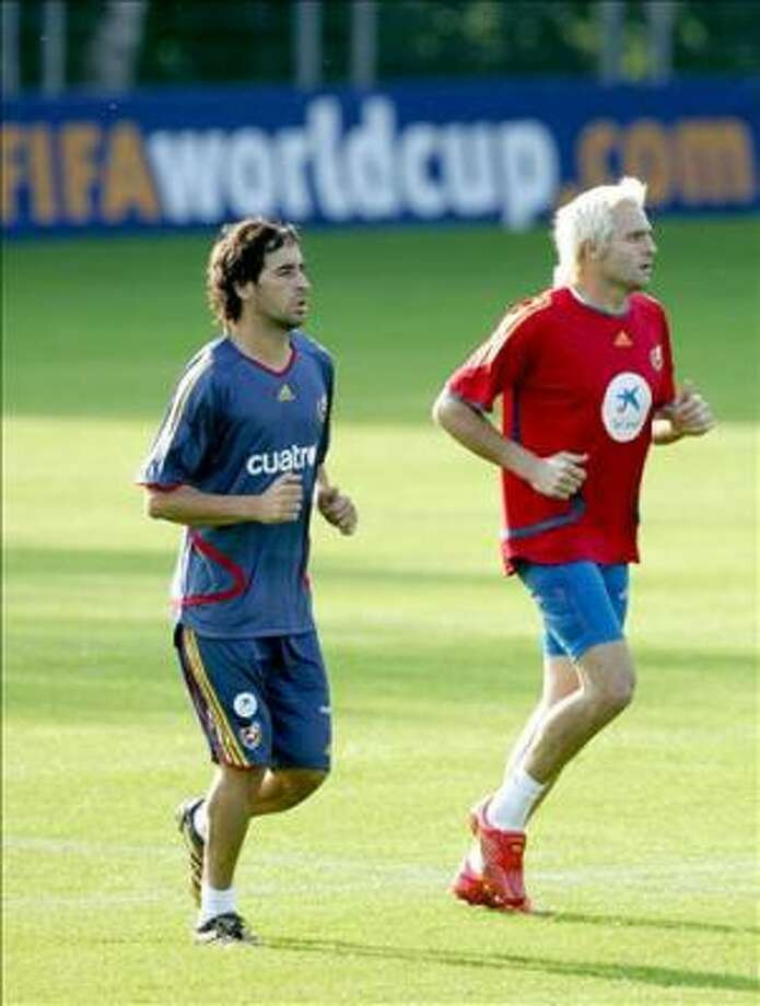 Spanish forward Raul (L) and Spanish goalkeeper Santiago Canizares jog during a light training session after the arrival of the team in Germany 08 June 2006 in Kamen. Spain will play its first match at the Football World Cup 14 June 2006 against Ukraine in Leipzig. AFP PHOTO DDP/ Volker Hartmann Photo: VOLKER HARTMANN, AFP