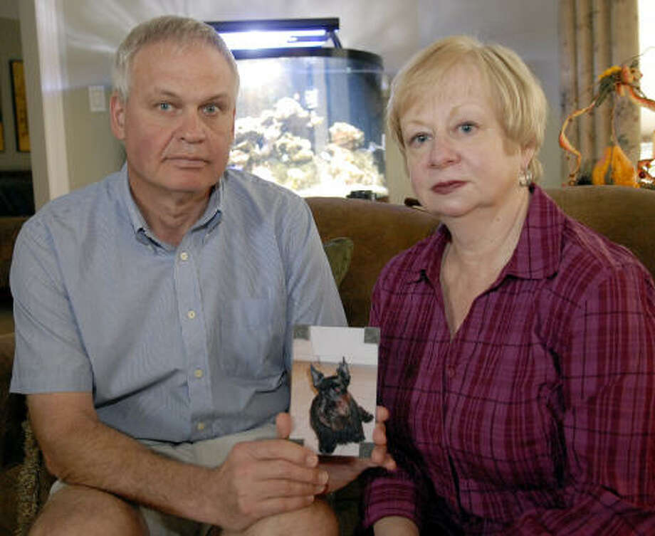 Joe Kapacinskas and his wife Norma hold a picture of their dog Maxwell. Photo: Kim Christensen, For The Chronicle