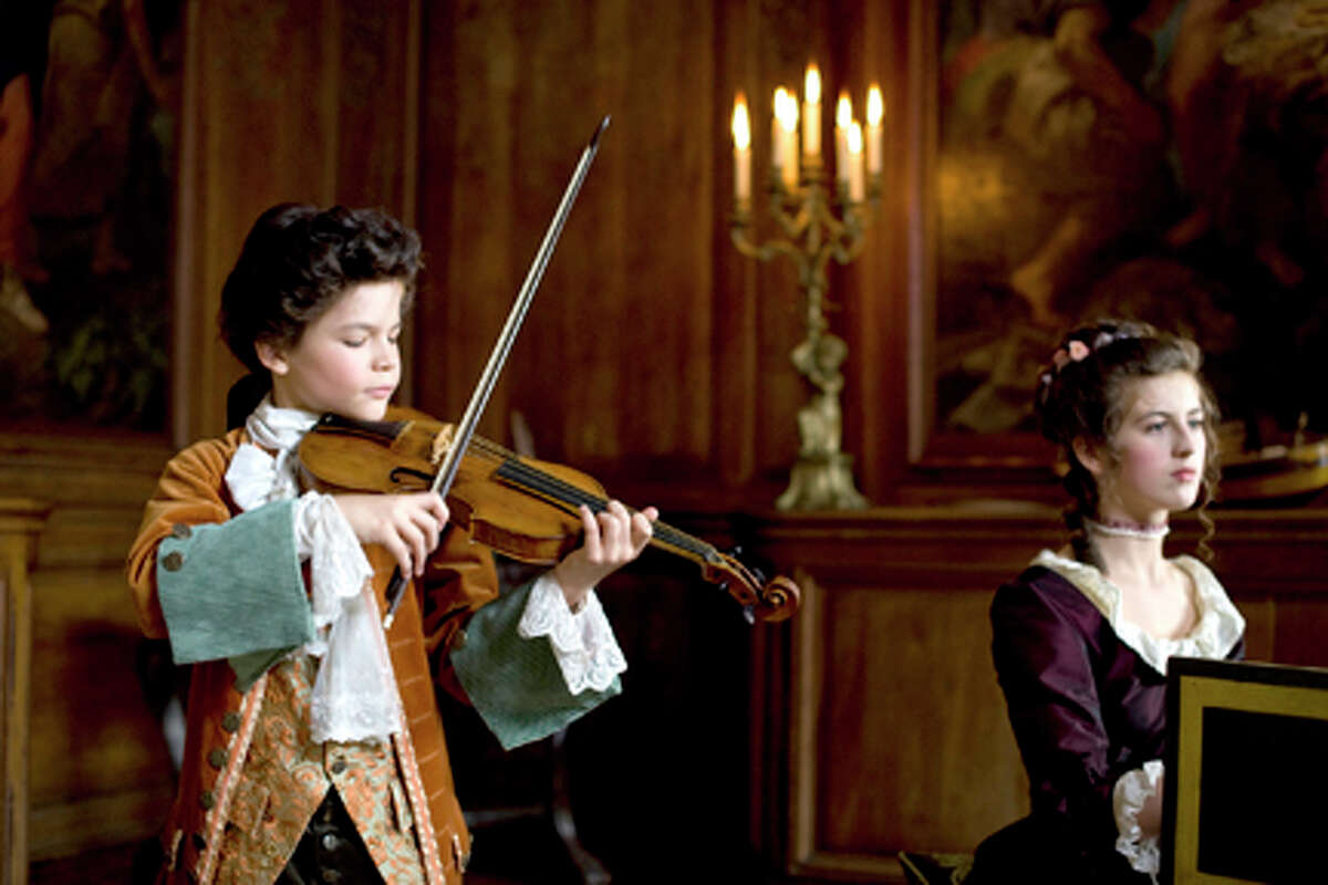 David Moreau as Wolfgang Mozart and Marie Féret as Nannerl Mozart in