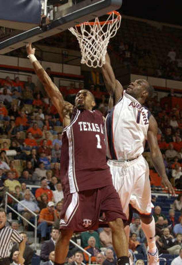 Acie Law IV (1) had 21 points for Texas A&M. Photo: TODD J. VAN EMST, AP
