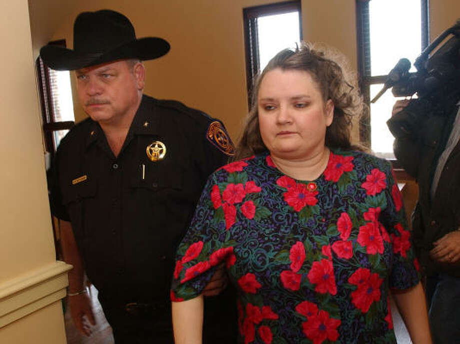 Vickie Dawn Jackson, 38, right, is escorted to a courtroom for a pretrial hearing at the Archer County Courthouse in Archer City in February 2005. Jackson, a former nurse, pleaded no contest on Tuesday to injecting 10 elderly patients with lethal drug doses. Photo: GARY LAWSON, AP