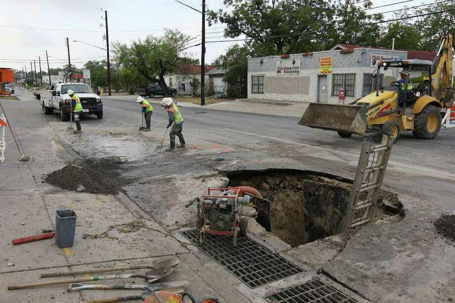 San Antonio Water System workers fix a broken water main on Blanco Road near the intersection with Hildebrand Avenue. According to city officials, the drought was the cause of the ruptured line. Photo: Jerry Lara/glara@express-news.net / SAN ANTONIO EXPRESS-NEWS
