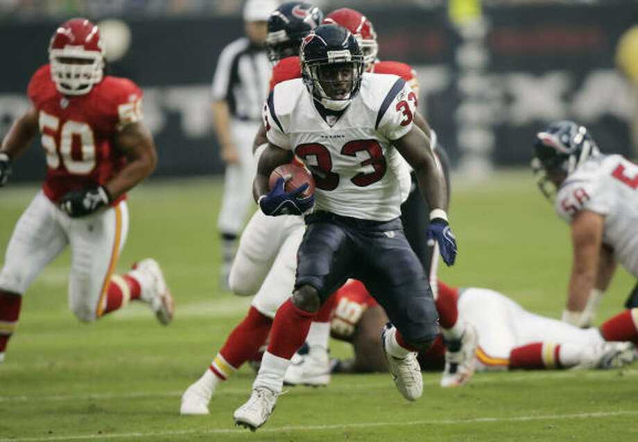 Houston Texans running back Wali Lundy rushes for a gain of 25 yards during the first quarter against the Kansas City Chiefs on Saturday. Photo: DAVID J. PHILLIP, AP