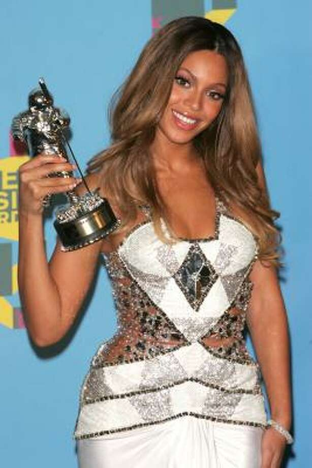 "Houston diva Beyonce poses with her award for ""Best R&B Video"" for the song Check On It. Photo: Peter Kramer, Getty Images"