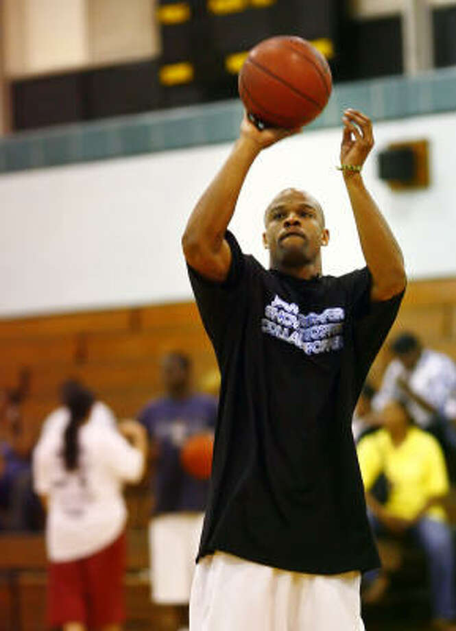 Taurian Fontenette of Hitchcock, who plays on the And 1 tour, warms up Tuesday at Fonde Recreation Center. Photo: STEVE UECKERT, CHRONICLE
