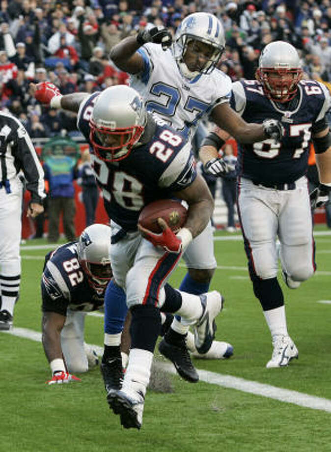 Patriots running back Corey Dillon runs past Lions safety Daniel Bullocks for a touchdown in the second quarter. Photo: ELISE AMENDOLA, AP