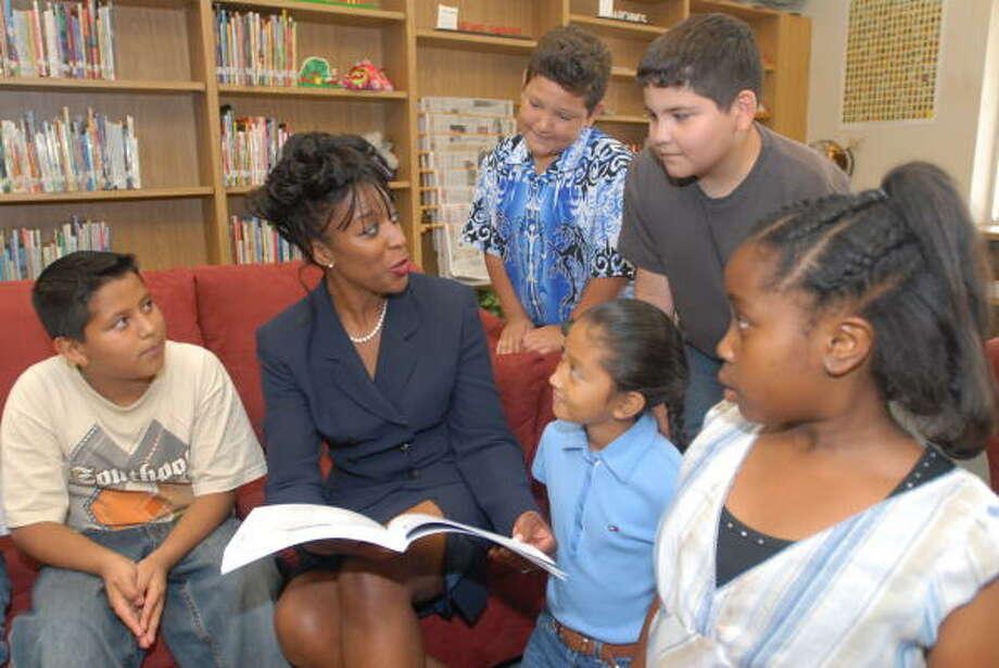 Wanda Cook reads to Juan Onofre, left, Karrell Taylor, Stephanie Macias, Alex Suarez and Neforteria Jackson. Photo: Thomas Nguyen, For The Chronicle
