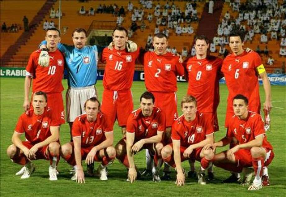 Poland's starting line-up pose before their freindly match against Saudi Arabia football in Riyadh 28 March 2006. Pictured L to R back row are Irenedsz Jelen, Jerzy Dudek, lukasz Sosin, Tonasz Klos, Jacek Krzynowek, Jacek Bak, (front L to R) Piotr Giza, Sebastian Mila, Radoslav Sobolewski, Jakub Blaszkowski, and Pariusz Dudka. Photo: YOUSSEF DUBAYSI, AFP