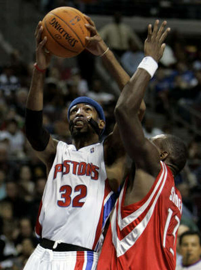 Richard Hamilton drives on Kirk Snyder. Hamilton led Detroit with 30 points. Photo: PAUL SANCYA, AP