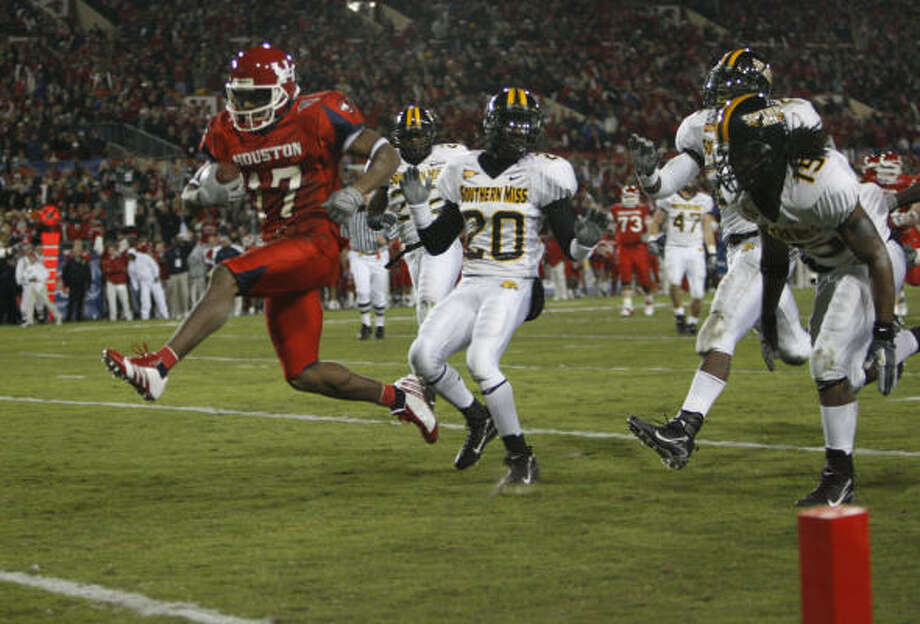 Houston's Vincent Marshall beats a group of  Southern Miss defenders for a touchdown. Photo: Kevin Fujii, Chronicle