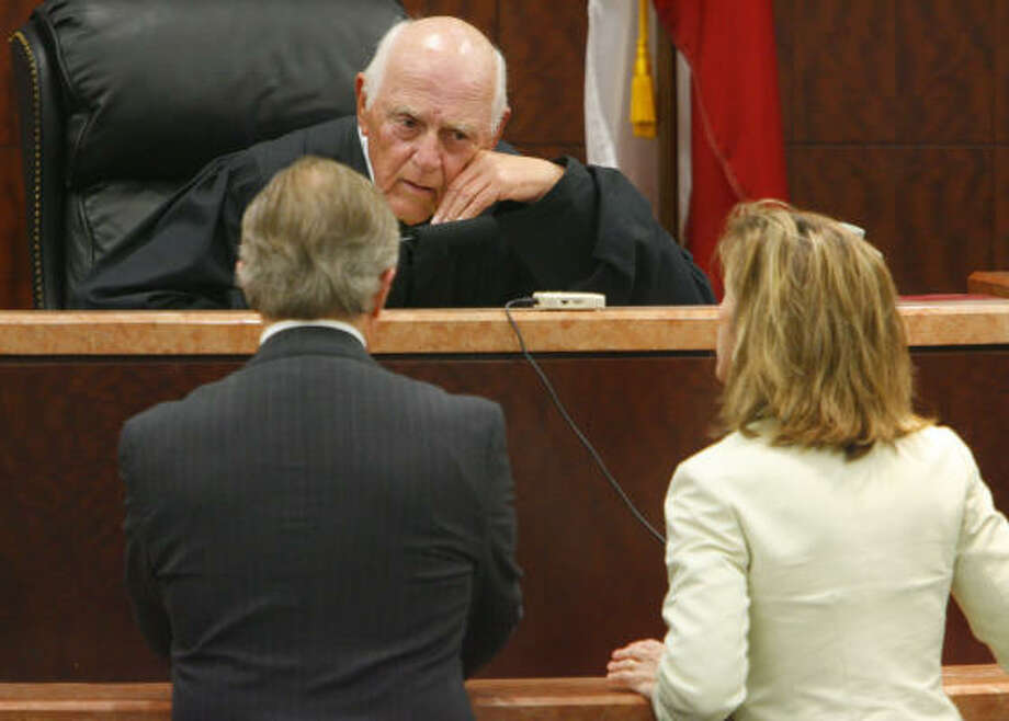 Dick DeGuerin, lead defense counsel for defendant David Temple and prosecutor Kelly Siegler confer with the Honorable Doug Shaver. Photo: Steve Ueckert, Chronicle