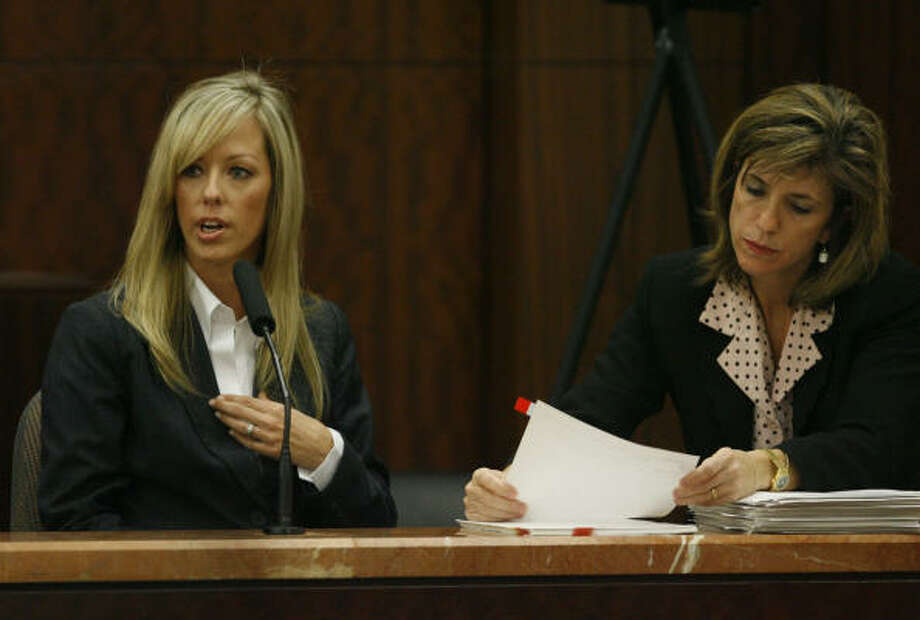 Heather Scott, left, wife of David Mark Temple, is questioned by Assistant District Attorney Kelly Siegler, Oct. 25. Photo: Melissa Phillip, Chronicle