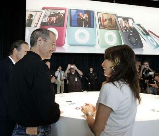 Steve Jobs talks with musician KT Tunstall about the new Apple iPod Nano. Photo: Paul Sakuma, AP