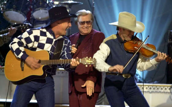 Garth Brooks, left, and George Jones, center, perform their duet Beer Run at the Country Music Association Awards show Nov. 7, 2001. Photo: M. SPENCER GREEN, AP