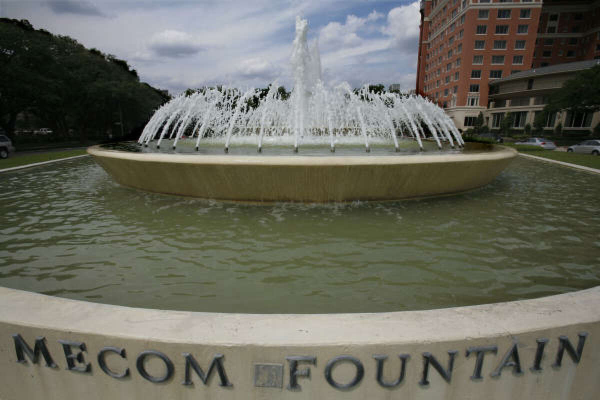 The Mecom Fountain, named for John Mecom, is in the traffic circle at the confluence of South Main, Montrose and Hermann Drive. On Thursday, the fountain was dark as thieves made off with the fountain's bronze lights, apparently believing they were made of copper.