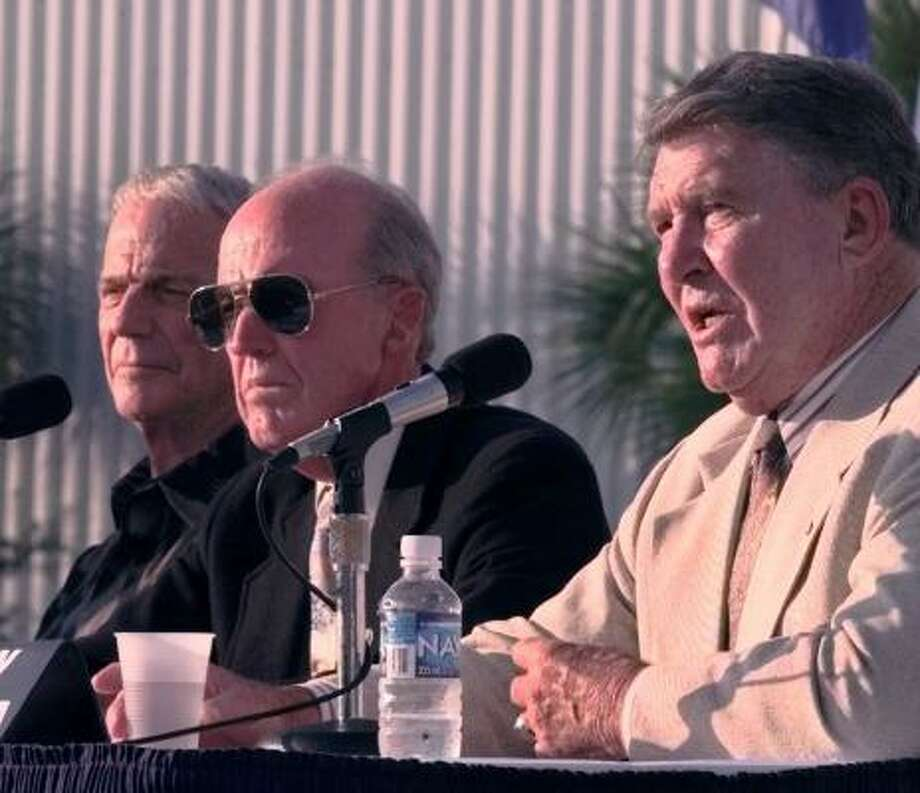 Mercury astronaut Wally Schirra, right, answers questions at a news conference , while astronauts Gordon Cooper and Scott Carpenter, left, listen at the Astronaut Hall of Fame in Titusville, Fla., Oct. 28, 1998. Photo: AP File