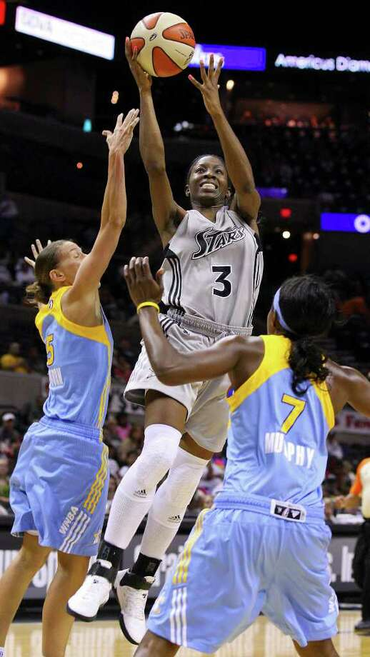 Silver Stars' Scholanda Robinson shoots between Sky's Erin Thorn (left) and Eshaya Murphy during first half action at the AT&T Center Sunday. EDWARD A. ORNELAS/eaornelas@express-news.net Photo: EDWARD A. ORNELAS, Express-News / SAN ANTONIO EXPRESS-NEWS (NFS)