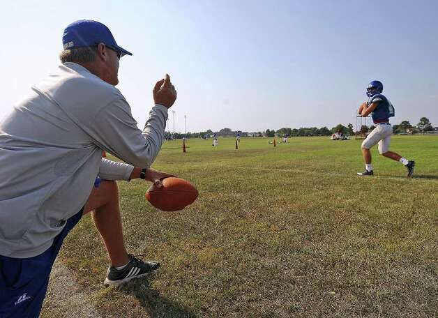 Josh Stump throws a pass in front of his team mates and father Craig Stump during West Brook's practice on Wednesday. Guiseppe Barranco/The Enterprise Photo: Guiseppe Barranco / Beaumont