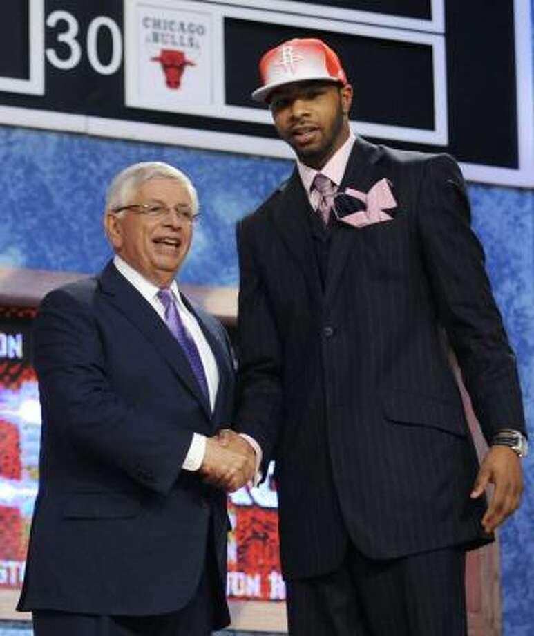 Marcus Morris (der.) saluda al comisionado de la NBA David Stern durante el draft. Photo: Bill Kostroun, AP