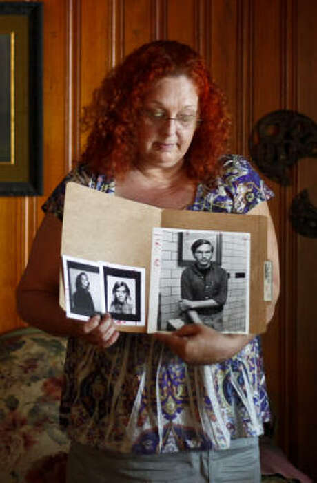 Glenda Willis keeps photos of her friends, and of the man she believes was wrongly convicted of their 1971 murders. Photo: Michael Paulsen, Chronicle