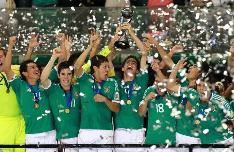 El capítán Antonio Briseño levanta el trofeo de campeón junto a sus compañeros de la selección mexicana juvenil que conquistó el segundo título mundial de México en la categoría sub-17. Photo: Christian Palma, Associated Press