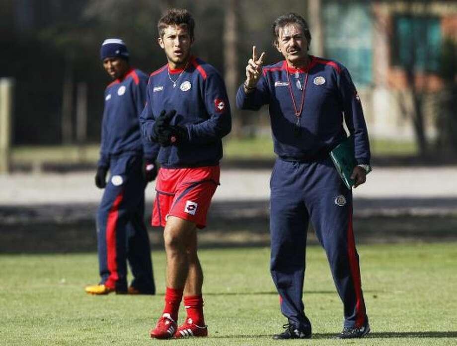 El técnico de Costa Rica, Ricardo La Volpe (der.) da instrucciones a Francisco Calvo durante un entrenamiento en Argentina. Photo: Fernando Llano, Associated Press