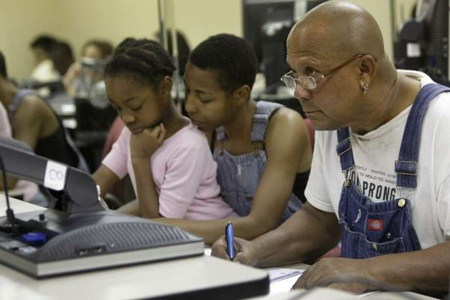 John Branch con su esposa, Alida Villalongo, y su hija, Ayannna Villalongo, durante una clase de español en el edificio de Neighborhood Centers Inc. en Independence Heights, un barrio que ahora es casi un 50 por ciento latino. Photo: Melissa Phillip, Houston Chronicle
