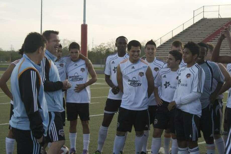 James Clarkso: (segundo desde la izq.) conversa con algunos de los jóvenes jugadores que están a su cargo como director de desarrollo de la Academia del Houston Dynamo. Photo: JASON BAKER, PARA EL CHRONICLE