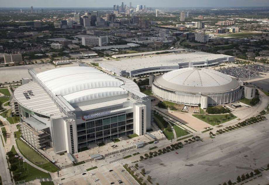 Reliant Stadium, left, last hosted a high school title game in 2008 when Hightower claimed a trophy. Photo: Smiley N. Pool, Chronicle