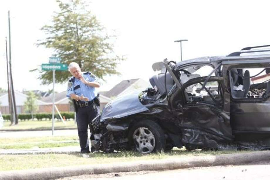 At least one person died in a traffic crash in southwest Houston at 15500 Fondren near Independence, officials said. Photo: Michael Paulsen, Houston Chronicle