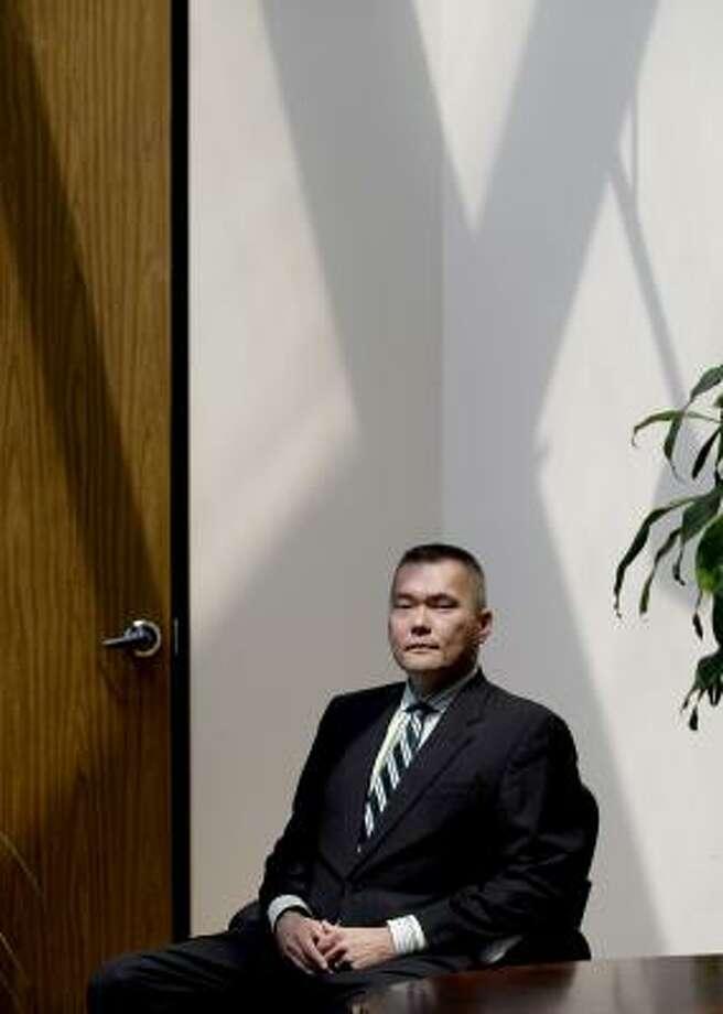 Defensor de otros y de lo propio: John Nechman, abogado de David González, pelea para que éste no sea deportado, ya que es pareja de un estadounidense. Photo: Thomas B. Shea, Para La Voz