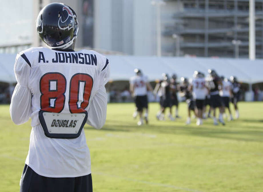 Texans receiver Andre Johnson returned to practices for the first time since dislocating his finger. Photo: Karen Warren, Chronicle