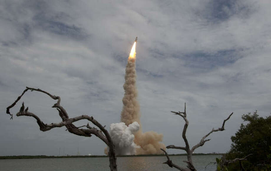 Atlantis lifts off Friday in Florida for the International Space Station on the NASA shuttle program's last flight, STS-135. Photo: James Nielsen, Chronicle