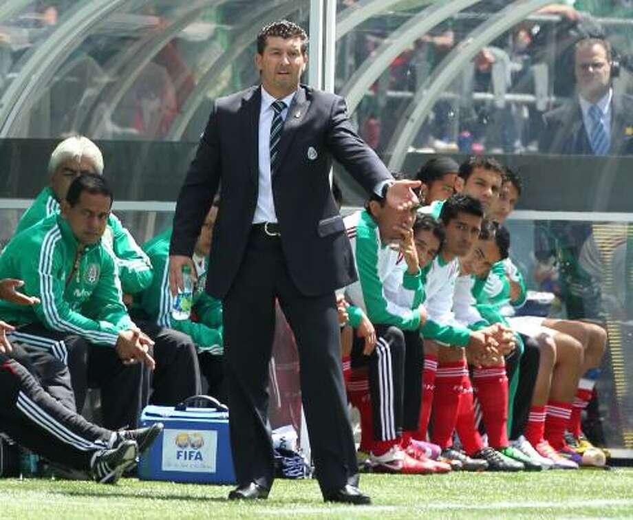 En la primera ronda de la Copa Oro, José Manuel de la Torre (en el centro) acumuló tres victorias con goleadas y mantuvo su invicto desde que debutó en febrero en la dirección técnica de la selección mexicana de fútbol. Photo: Otto Greule Jr, Getty